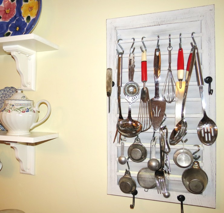 USE - Kitchen - shelf and shutter with utensils.jpg (2)