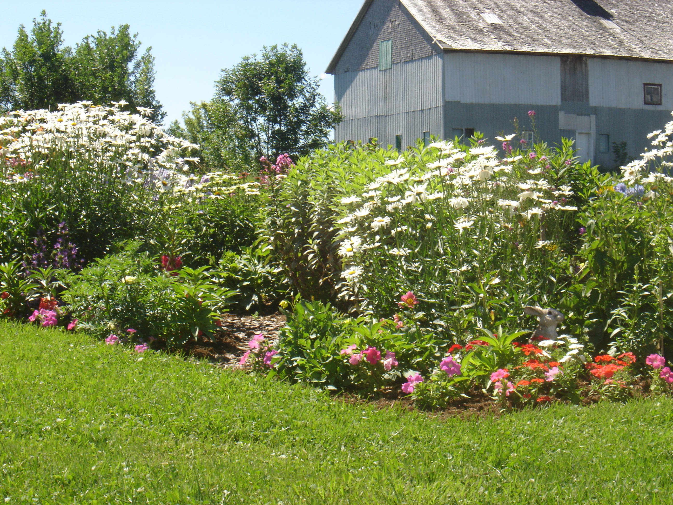 Our wonderful farmhouse in st antoine de tilly quebec for Farm house landscaping